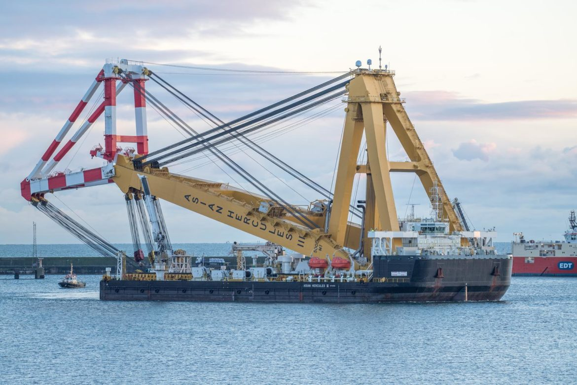 Giant floating crane for wind farm work